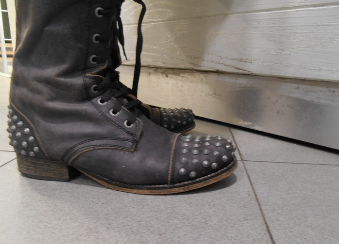 uncoded_steps_shoe_blog_boots-with-studs_shelley_lewis_1