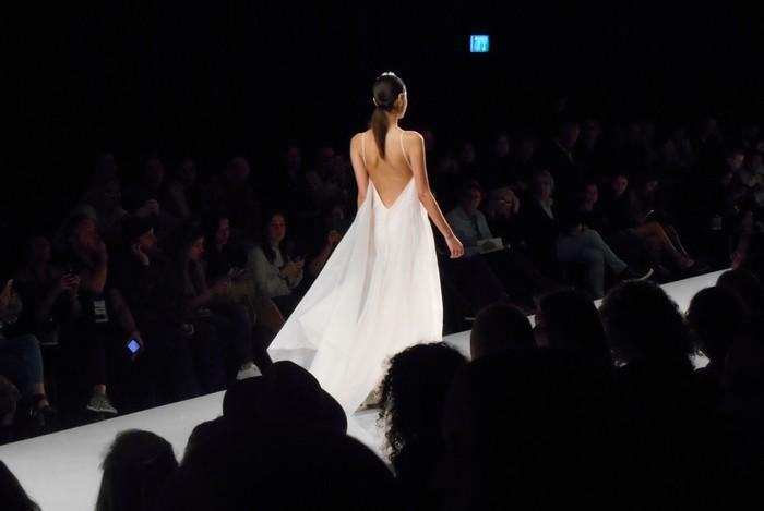 UnCoded-Steps_Shoe-Blog_שבוע-האופנה-תל-אביב-2017_תמרה-סלם-שמלה-לבנה_בלוג-נעליים_2